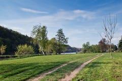 Sentiero per pedoni lungo il fiume Immagini Stock Libere da Diritti
