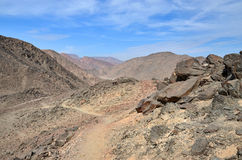 Sentiero per pedoni in montagne rocciose senza vegetazione Fotografia Stock Libera da Diritti
