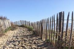 Sentiero per pedoni sulla duna atlantica in Bretagna Fotografie Stock