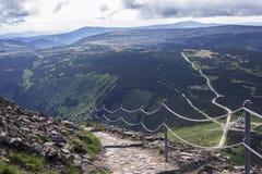 Sentiers de randonnée de trekking dans le Mountayns géant Images stock