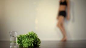 Sentiment anorexique de femme en difficulté, régime grave, manque de vitamines, maladie mentale photographie stock