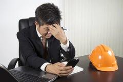 Sentiment d'homme d'affaires soumis à une contrainte au travail Image stock