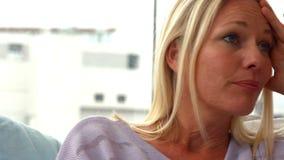 Sentiment de femme contrarié sur le sofa banque de vidéos