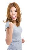 Sentiment de femme excité avec la posture de poing de bras Images stock