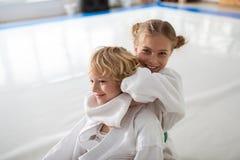 Sentiment de fille heureux après gain du combat d'aikido avec le garçon photographie stock
