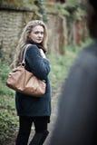Sentiment de jeune femme menacé comme elle marche à la maison Images libres de droits