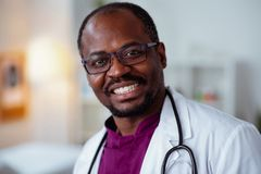 Sentiment de scientifique médical satisfait après travail réussi photos stock