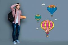 Sentiment de touristes enthousiaste appliqué tout en voyant les ballons à air chauds Photographie stock libre de droits