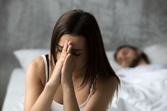 Sentiment frustrant bouleversé de femme préoccupé tandis que sommeil d'ami Image stock