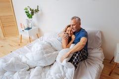 Sentiment heureux d'épouse protégé avec son homme affectueux de soin image libre de droits