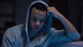 Sentiment noir d'adolescent isolé, problèmes avec la communication, dépression banque de vidéos