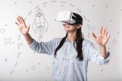 Sentiment progressif de femme appliqué tout en portant des lunettes de réalité virtuelle photo stock