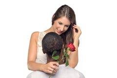 Sentimentale junge Frau, die ihren Freund umarmt Stockbild