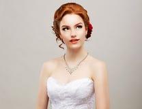 Sentimentalität. Romantische rote Haar-Frau mit Blume in ihrem Kopf. Weiblichkeit Stockfoto
