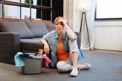 Sentimento afligido Tired da mulher doente após a limpeza intensa imagem de stock