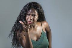 Sentimento americano bonito e forçado novo da mulher do africano negro virado e irritado gesticulando a vista agitado e mijada lo fotografia de stock