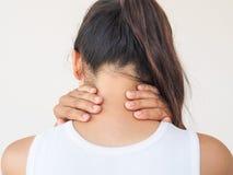 Sentimento da jovem mulher esgotado e sofrimento da dor de pescoço no wh fotografia de stock royalty free