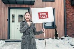 Sentimento da mulher excitado vendendo sua casa ao mover-se para o noivo imagem de stock