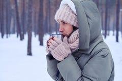 Sentimento da mulher frio e chá quente bebendo a aquecer-se Foto de Stock