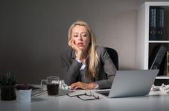 Sentimento da mulher furado em seu trabalho foto de stock royalty free