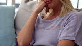 Sentimento da mulher virado no sofá filme