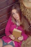 Sentimento de relaxamento do livro de leitura da menina da natureza despreocupado Fotografia de Stock