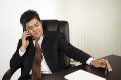 Sentimento do homem de negócios forçado no trabalho Imagens de Stock