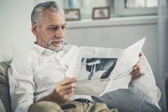 Sentimento do trabalhador de colar branco contratado em ler artigo interessante fotos de stock royalty free
