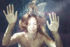 Sentimento do verão Mulher sob a água imagens de stock