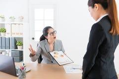 Sentimento novo atrativo do chefe do escritório irritado foto de stock