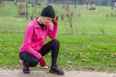 Sentimento novo da mulher do atleta lightheaded ou com dor de cabeça Foto de Stock Royalty Free