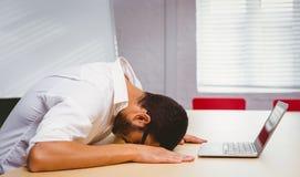 Sentimento ocasional do homem de negócios esgotado em sua mesa Fotos de Stock