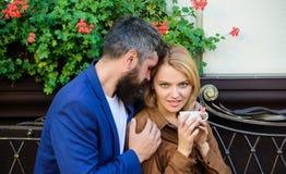 Sentimento sensual Caf? da manh? Pares no amor na data rom?ntica mulher e homem com barba para relaxar no caf? primeiramente reun foto de stock