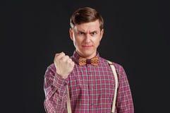 Sentimento tão irritado! O homem novo irritado na camisa do vintage e o laço com o penteado que olha a câmera e que faz uma cara  imagens de stock