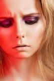 Sentimentos, face emocional do modelo do olhar severo com composição imagens de stock royalty free