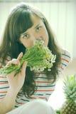 Sentire l'odore dei fiori Fotografia Stock