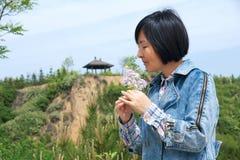 Sentire l'odore dei fiori Fotografia Stock Libera da Diritti