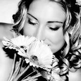 Sentire l'odore della sposa di cerimonia nuziale Immagine Stock