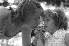 Sentire l'odore delle margherite fotografia stock