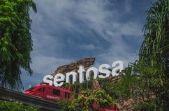 Sentosa-Inselzeichen und Einschienenbahn an der Front, Singapur stockfotos