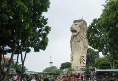 Sentosa Merlion overheerst de burgers op de straten van Singapore stock foto's