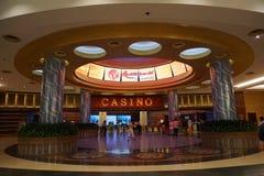Sentosa, Singapour le 8 juillet 2017 : promenade de personnes au casino image stock