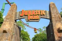 Sentosa, Singapura-ABRIL 12,2016: A porta grande na frente do tema de Jurassic Park no est?dio universal Singapura foto de stock royalty free