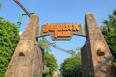 Sentosa, Singapura-ABRIL 12,2016: A porta grande na frente do tema de Jurassic Park no est?dio universal Singapura fotos de stock