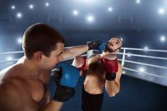 Sents del boxeador su opositor al golpe de gracia Fotos de archivo