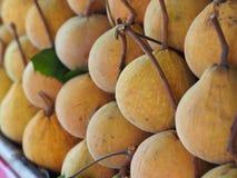Sentul frukt för försäljning i lokal marknad Royaltyfri Fotografi
