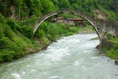Senyuva-Brücke über dem Firtina-Fluss in der Nord-Türkei Stockfotografie
