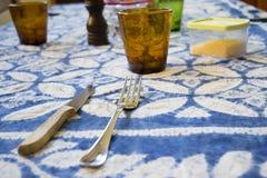 Senza formalità tavola messa per il pranzo fotografia stock