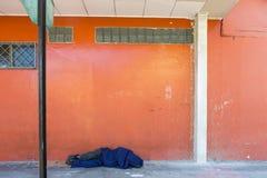 Senzatetto addormentato nella via di San José, Costa Rica fotografia stock