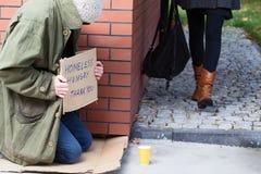 Senzatetto dietro l'angolo Fotografia Stock Libera da Diritti